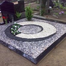 Засыпка могил гранитной крошкой